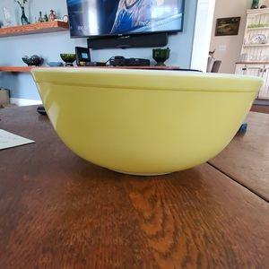 Pyrex 404 yellow 4 quart vintage bowl
